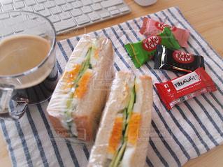 サンドイッチ弁当 + キットカット & 手書きメッセージ = キット弁 / お弁当記録の写真・画像素材[2047104]