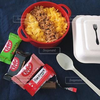 鶏そぼろ弁当とキットカットでキット弁の写真・画像素材[2065361]