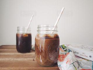 テーブルの上のコーヒー1杯の写真・画像素材[2128970]