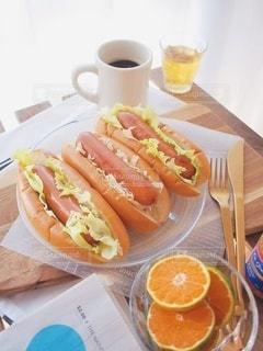 食べ物,コーヒー,朝食,ジュース,オレンジ,パン,テーブル,カップ,食品,新聞,英字新聞,朝ごはん,珈琲,おいしい,テーブルフォト,ホットドッグ,おはよう,ホットコーヒー,good morning,アンバサダー,ソーセージのパン,ジョンソンヴィル