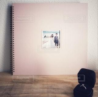 部屋に座っている人の写真・画像素材[2703560]