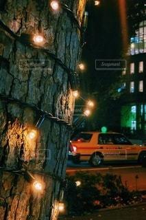 夜にライトアップされた都市の写真・画像素材[2734937]
