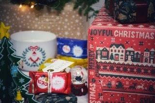 コーヒー1杯の隣にある赤いトレイの写真・画像素材[2745517]