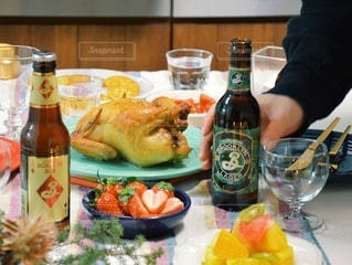 食べ物の皿とテーブルの上のボトルの写真・画像素材[2826199]