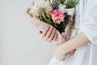 花を持っている人の写真・画像素材[3132954]
