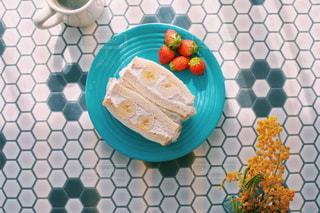 テーブルの上にケーキのスライスを入れた食べ物の皿の写真・画像素材[3150277]