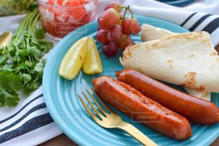 ホットドッグと一緒に食べ物の皿の写真・画像素材[3216481]