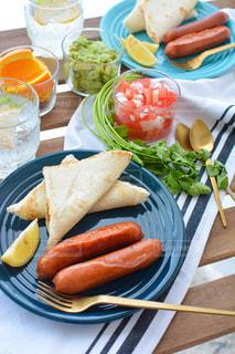 食べ物の皿をテーブルの上に置くの写真・画像素材[3216482]