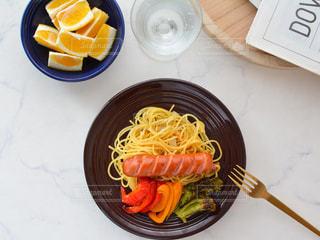 皿の上に果物のボウルの写真・画像素材[3270270]