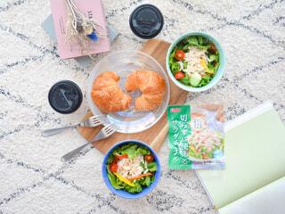 テーブルの上に食べ物を1杯入れるの写真・画像素材[3664871]