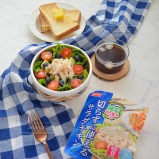 皿の上に食べ物のトレイの写真・画像素材[3673024]