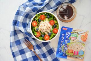 食べ物の皿をテーブルの上に置くの写真・画像素材[3673025]