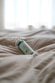 屋内,白,窓,光,布,寝る,座る,布団,ボトル,シーツ,枕,ベッドルーム,窓際,寝具,ベッド,レールデュサボン,センシュアルタッチ,せっけんの香り,枕カバー,ファブリックスプレー