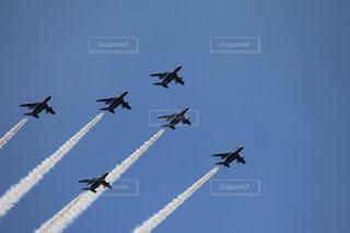 空を飛んでいる飛行機の写真・画像素材[1121741]