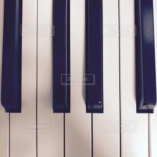 ドアの前でピアノの写真・画像素材[1036500]