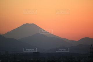 背景の大きな山のビューの写真・画像素材[1050054]