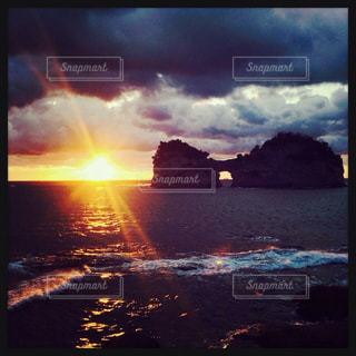 水の体に沈む夕日の写真・画像素材[1050063]