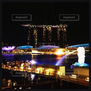 夜のライトアップされた街の写真・画像素材[1050065]