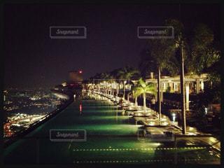 夜のライトアップされた街の写真・画像素材[1050066]