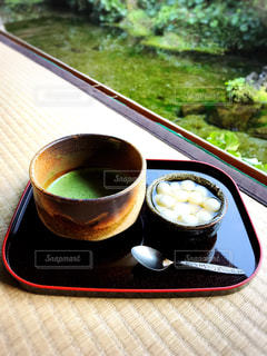 テーブルの上のコーヒー カップの写真・画像素材[1050151]