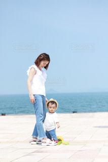 ビーチに立っている人の写真・画像素材[726780]