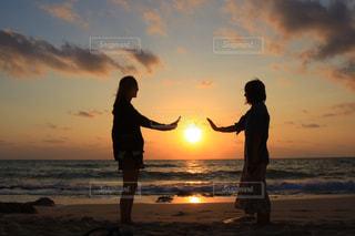 ビーチでの背景の夕日に人々 のカップルの写真・画像素材[753066]