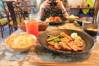 食品のプレートをテーブルに座って人の写真・画像素材[778946]