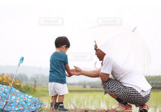 傘を押しながら空気を通って飛んで男の写真・画像素材[817262]