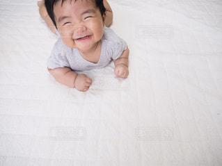 赤ちゃんのベッドの上で横になっています。 - No.826409