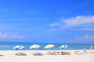 砂浜の上に座っての芝生の椅子のグループの写真・画像素材[1227043]