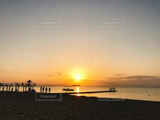 水の体に沈む夕日の写真・画像素材[1270816]
