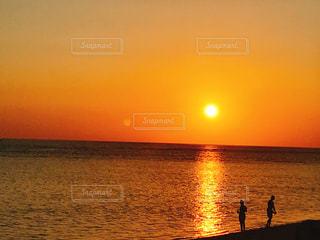 水の体に沈む夕日の写真・画像素材[1270819]