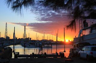 バック グラウンドで市と水体に沈む夕日の写真・画像素材[1270835]