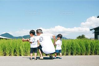 後ろ姿,背中,人,後姿,Tシャツ,祖父,男の子,孫,おじいちゃんとまご