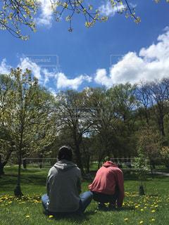 10代,公園,春,芝生,屋外,晴れ,人物,背中,人,後姿,たんぽぽ,たくさん,高校生,カナダ,天気,娘,森の中,娘達,インスタ映え,後ろすがた