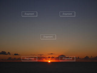 水の体に沈む夕日の写真・画像素材[972986]
