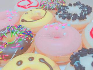 皿にチョコレート ドーナツの写真・画像素材[772553]