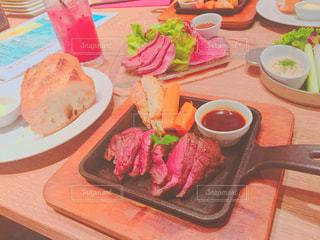 テーブルの上に食べ物のプレートの写真・画像素材[772560]