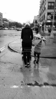 2人,傘,後ろ姿,母と子,雨の日,お出かけ,カサ,ツーショット