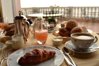 朝食,海外,テーブル,旅行,フランス,ホテル,カフェラテ,朝ごはん,クロワッサン,ニース,ホテルラリゼルヴドヴォーリュー