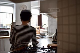 女性,インテリア,キッチン,海外,シンプル,タイル,台所,コンロ