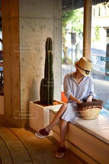 キッチン カウンターの上に座っている女性 - No.705920
