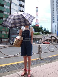 人の傘を保持している歩道を歩いて - No.707063