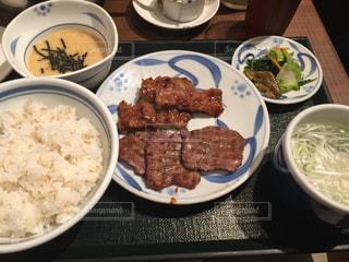 板の上に食べ物のボウルの写真・画像素材[754975]