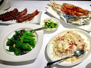 テーブルの上に食べ物の種類トッピング白プレートの写真・画像素材[815934]