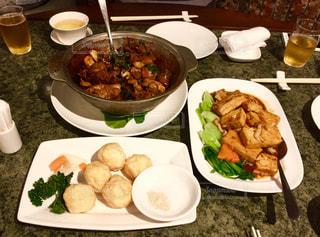 テーブルの上の皿の上に食べ物の束 - No.816359