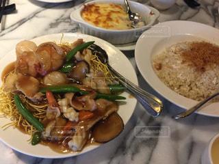 テーブルの上に食べ物のプレート - No.816374