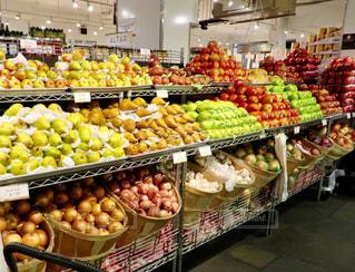 さまざまな店でディスプレイ上の果実の写真・画像素材[903633]