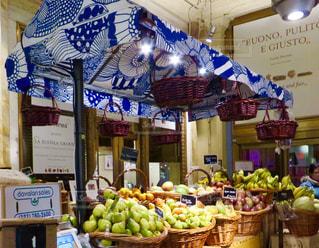 新鮮な果物や野菜の展示の多くに満ちてストアの写真・画像素材[903638]