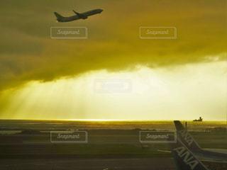 空を飛んでいる飛行機の写真・画像素材[905494]